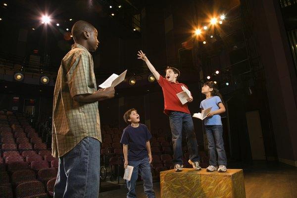 Niños actuando una obra.