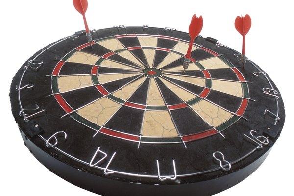 Las reglas de dardos cubren todo desde la colocación del tablero hasta dónde se para el jugador.