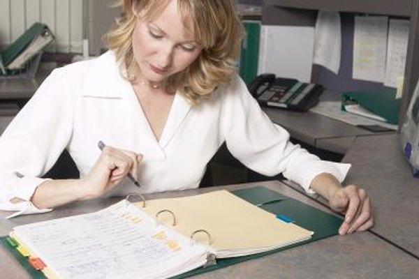 Una secretaria debe organizar sus tareas asignadas.