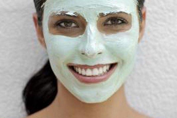 Las esteticistas trabajan en varios lugares ayudando a los clientes con el cuidado de la piel.
