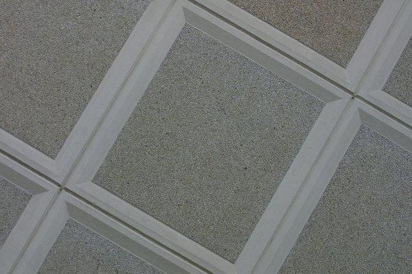 Un falso techo, formado por paneles de encuadre, también se conoce como un techo suspendido.