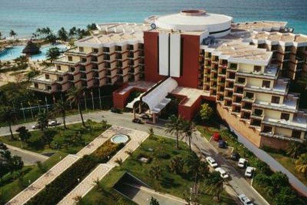 Un gerente de ventas de un hotel trabaja con otros gerentes, como el de mercadeo, para promocionar el hotel o cadena.