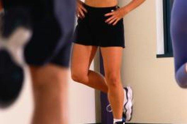 Los instructores de aeróbicos guían a los participantes en grupos de ejercicio.