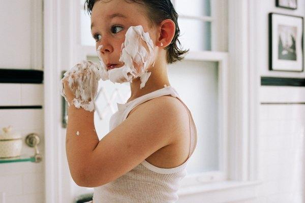 Los niños pueden usar crema de afeitar para jugar.