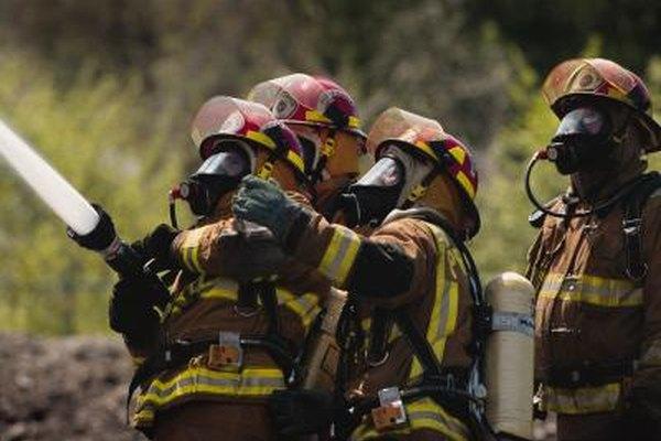 Los bomberos necesitan una certificación en medicina de emergencia y paramédicos, así como las credenciales de sus estados.