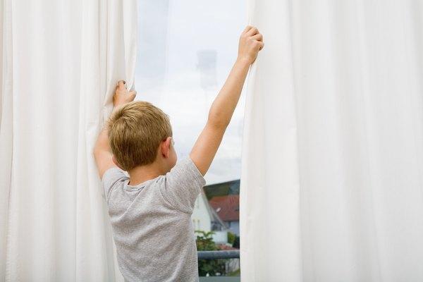 Hazle un forro de blackout a tus cortinas para bloquear la entrada de luz.