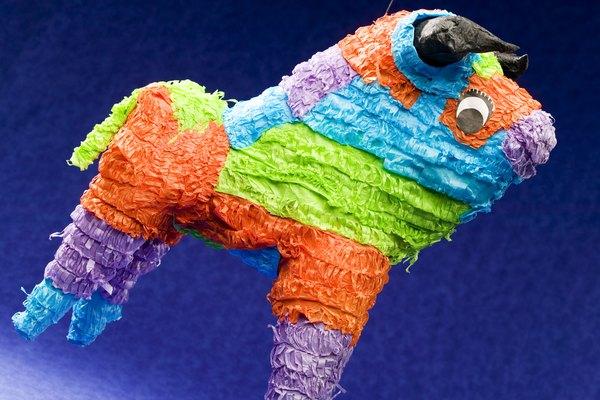 Puedes hacer una piñata con papel maché.