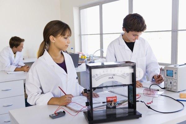La escuela ofrece a los estudiantes la oportunidad de aprender técnicas de construcción incluyendo electricidad.