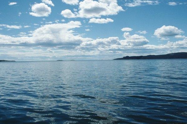 El agua del océano es menos densa en su superficie.