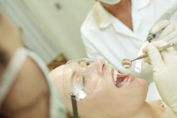Los higienistas dentales deben llevar equipo de protección, como máscaras, cuando trabajan.