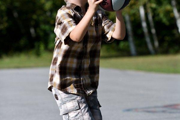 Infla tu pelota de baloncesto con un inflador de mano.