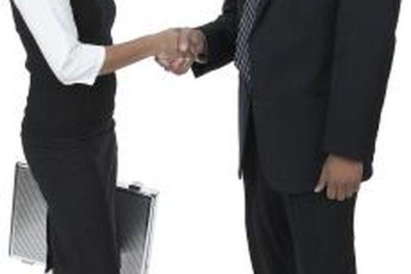 Cuando se evalúa el rendimiento de un empleado, bríndale tanto elogios como críticas.
