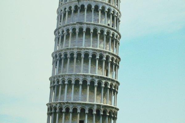 Los niños pueden usar las fotos de la torre para ayudarse a hacer su torre lo más realista posible.