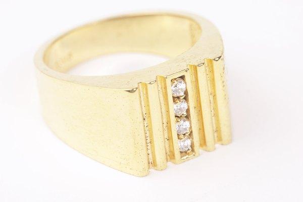 Un anillo con diamantes.