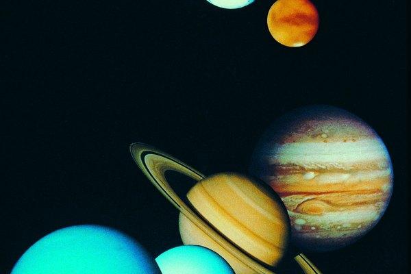 La teoría del Big Bang considera la creación de los planetas por el Big Bang.