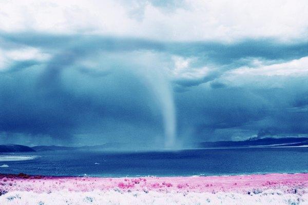 Los tornados que se forman sobre el agua crean trombas marinas.