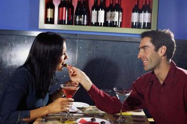 Los propietarios de pequeños restaurantes pueden promocionar paquetes de cena dirigidos a las parejas para el día de San Valentín.