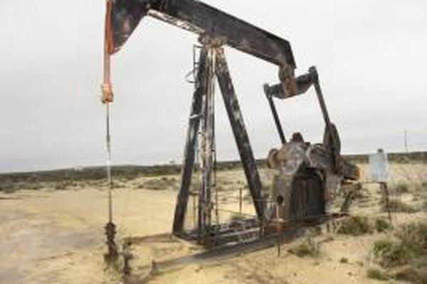 Los ingenieros petroleros diseñan las herramientas para extraer el petróleo de la tierra.