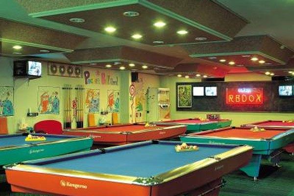 Algunos bares deportivos tienen juegos para los asistentes así como deportes por televisión.