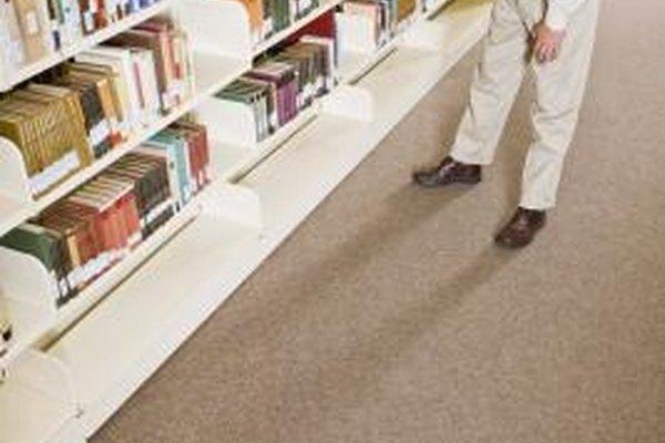 Los bibliotecarios deciden cómo organizar y almacenar los materiales impresos.