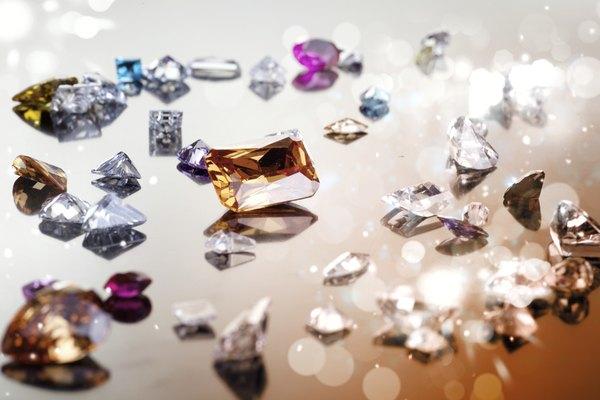 Surtido de circonio cúbico y gemas