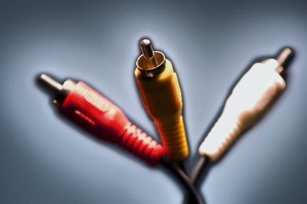 Utiliza un cable RCA para conectar un subwoofer a tu receptor.