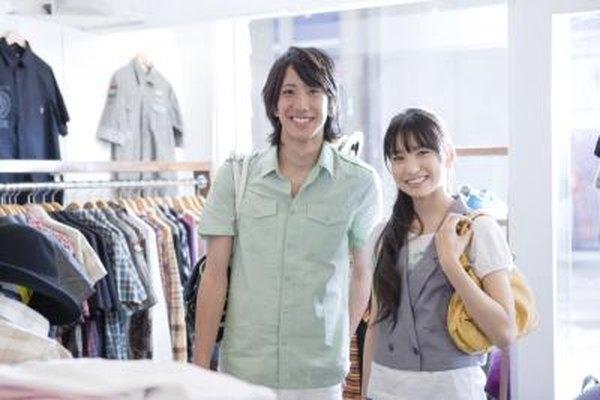 Consigue percheros de piso, unidades de estantería y señalización para la boutique de ropa.