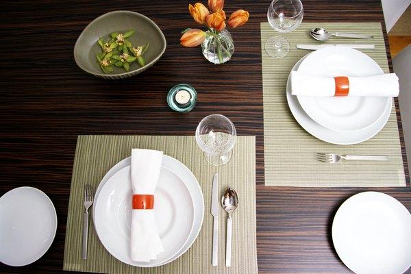 Dales un cambio de imagen a tus platos simples con pintura.