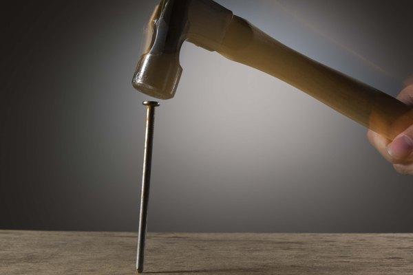 Los duros y fuertes clavos de acero fijan componentes de armazón estructural, tales como placas y montantes.
