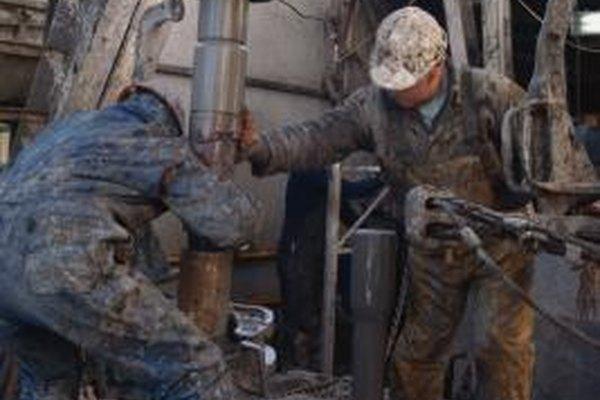 Un supervisor petrolero hace la revisión de las operaciones de producción.