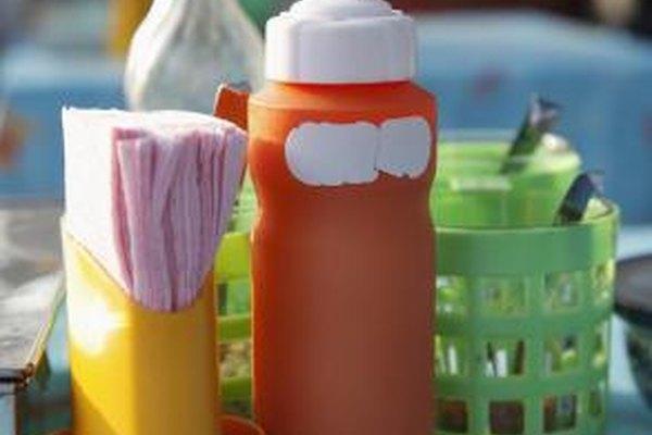 Los condimentos y servilletas deben ser reemplazados cada día en un restaurante.