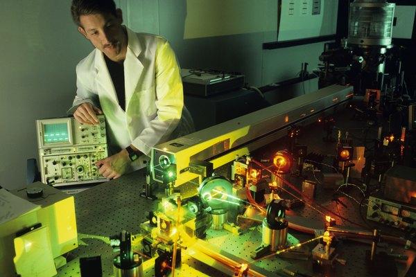 En un experimento, los investigadores tratan de controlar tantas variables como sea posible con el objetivo de determinar el efecto que una variable tiene.