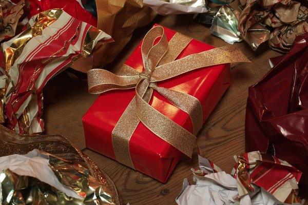Envuelve un regalo de gran tamaño.