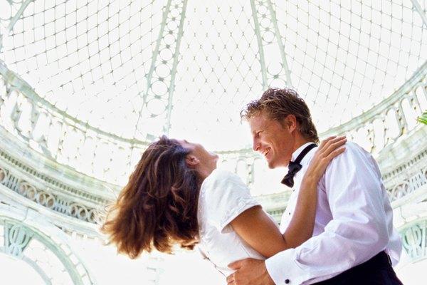 Decora el techo de la recepción de la boda con tela.