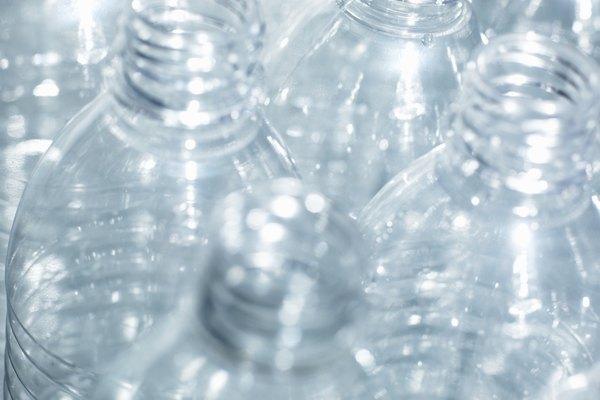 Recicla materiales como el plástico.