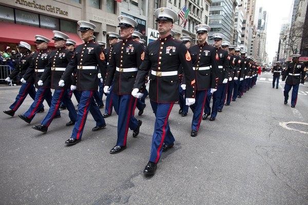 Los Marines estadounidenses marchan por la Quinta Avenida en la ciudad de Nueva York durante el desfile del Día de San Patricio.