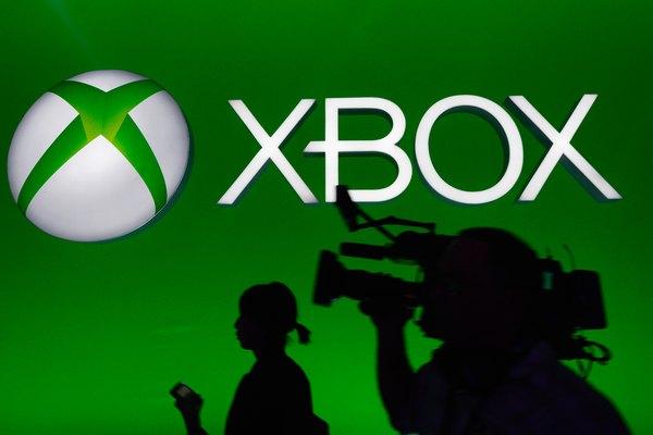 La gente disfruta jugar con la consola de juegos Xbox.