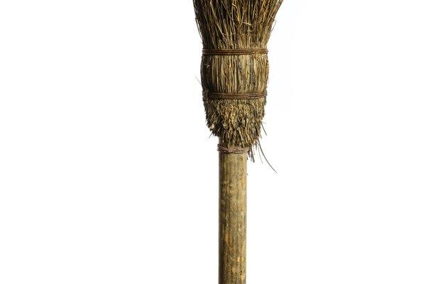La típica imagen de una escoba de bruja.