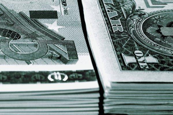 Calcula el cambio en el poder adquisitivo en dólares reales, dividiendo el objetivo del IPC por el IPC base y multiplicando el resultado por un monto en dólares elegido.