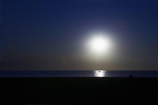 Pon atención al brillo de la arena en la playa por la noche.