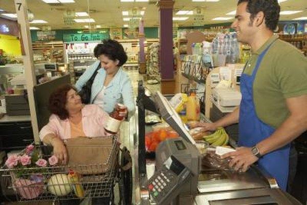Los cajeros normalmente trabajan en operaciones minoristas tal como en supermercados.