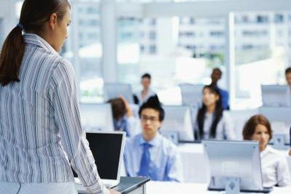 Los departamentos de recursos humanos son los responsables de planear y de manejar el entrenamiento para los empleados como el uso de un software nuevo.