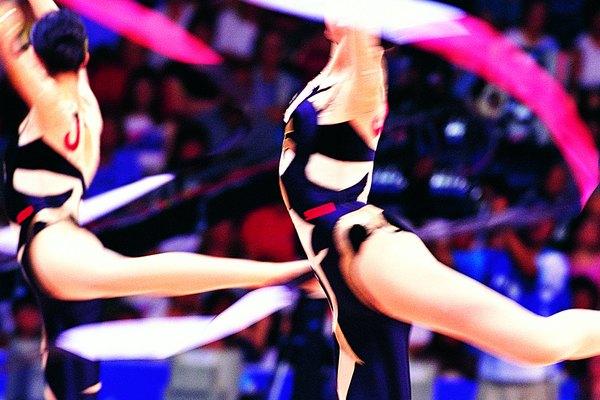 Los bailarines suelen utilizar cintas para mejorar las rutinas de baile.