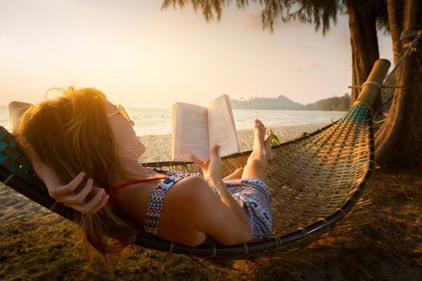 Los libros son fieles compañeros que nos acompañan a donde vayamos.