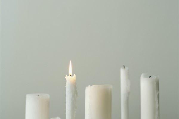 El proceso de fabricación de velas comienza con la fusión de la cera.