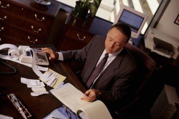 Un auditor de proyecto utiliza una variedad de herramientas, incluyendo análisis de valor acumulado, para gestionar las actividades empresariales.