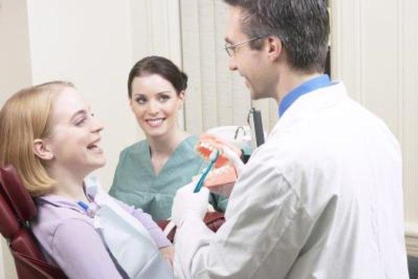 Los dentistas enfatizan medidas preventivas para ayudar a los pacientes a mantener los dientes sanos.