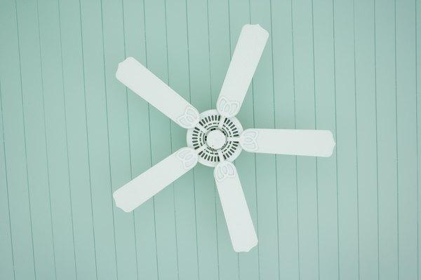 Los ventiladores de techo están construidos con un motor que hace girar las aspas con rulemanes.