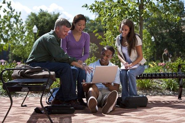 Los adultos pueden aprender a utilizar las preposiciones a través de actividades divertidas y educativas.