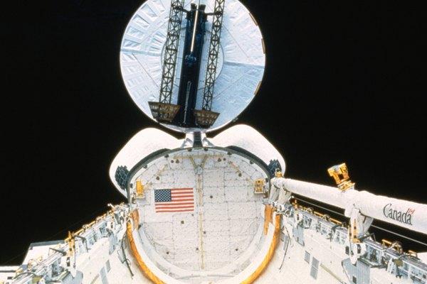La NASA, los países del mundo y las organizaciones privadas tienen satélites de telecomunicaciones en órbita alrededor de la Tierra.